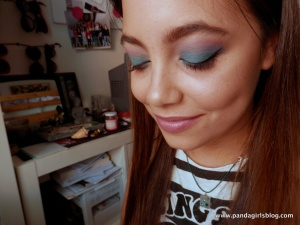 Sleek del mar palette look